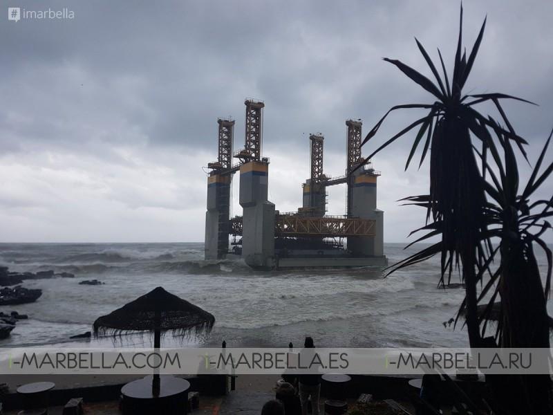 Encalla la plataforma hallada a la deriva en Benalmádena arrastrada por el temporal