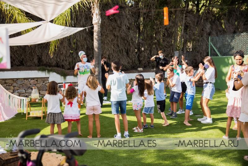 Maria Bravo shows Casa Global Gift to Marbella Mayoress Angeles Muñoz and Amaury Nolasco August 2021
